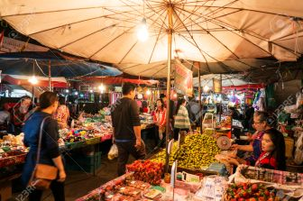 35676422-CHIANG-MAI-THAILAND-JANUARY-13-Warorot-Market-Popular-tourist-food-and-visit-the-local-fruit-market--Stock-Photo