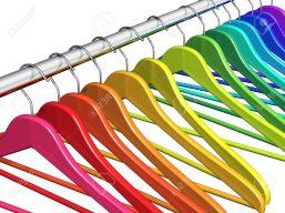 18022333-rang-e-de-cintres-couleur-de-la-robe-arc-en-sur-le-m-tal-tringle-brillant-isol-sur-fond-blanc-banque-dimages